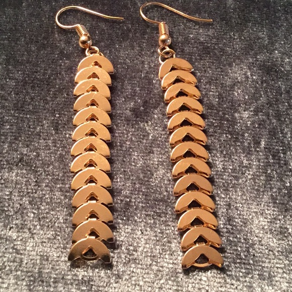 Jewelry - SLINKY GOLD TONE DANGLING EARRINGS